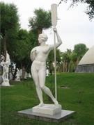 Дама с веслом гипсовая